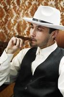 uomo con sigaro foto