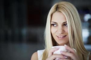 giovane donna che sorride foto