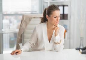 Ritratto di donna d'affari moderno riflessivo in ufficio foto