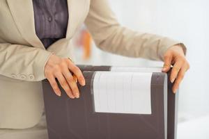 primo piano sulla donna d'affari con le cartelle foto
