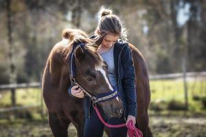 ragazza con un cavallo