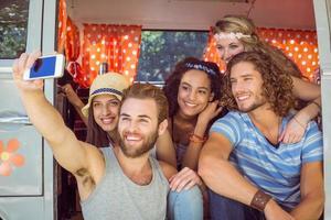 amici hipster in viaggio prendendo selfie foto