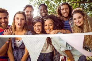 hipsters felici che sorridono alla macchina fotografica