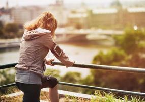 giovane donna fitness in città. retrovisore foto