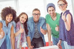 studenti di moda che lavorano in gruppo foto