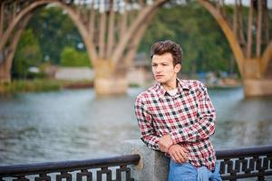 uomo bello all'aperto su sfondo urbano foto