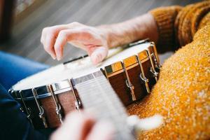 giocatore di banjo rilassante sotto il portico foto
