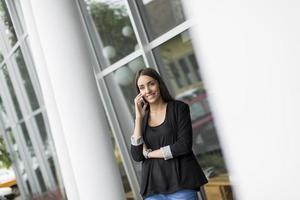 giovane donna davanti all'ufficio foto
