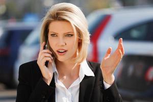 giovane imprenditrice chiamando al telefono foto