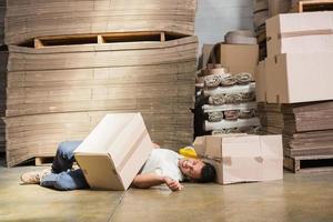 lavoratore sdraiato sul pavimento foto