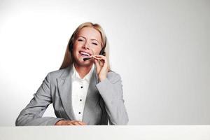 donna d'affari in un auricolare foto