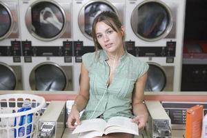 donna alla lavanderia automatica foto