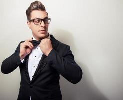 elegante giovane uomo bello in costume di lusso nero. foto