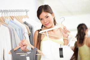 donna che compra vestiti d'acquisto foto