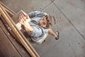 uomo che salta e si arrampica foto