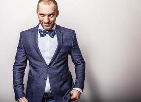 elegante giovane uomo bello in costume blu scuro. foto