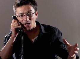 uomo d'affari arrabbiato al telefono foto