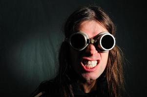 uomo freddo con occhiali da sole foto