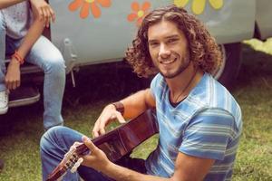 amici hipster in camper al festival