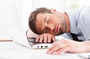 uomo d'affari che dorme. foto