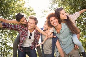 amici felici nel parco prendendo selfie