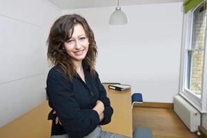 orgogliosa imprenditrice seduto nella sua sala consiliare foto