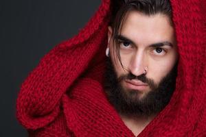 uomo alla moda con barba e sciarpa rossa foto