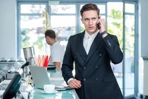 conversazione con il cliente. uomo d'affari sicuro e di successo foto