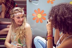 amici hipster in camper al festival foto