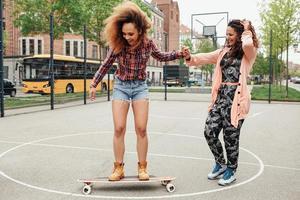donna che impara a cavalcare skateboard foto