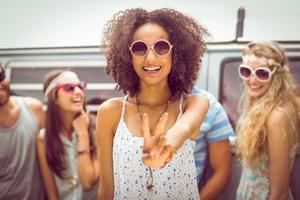 amici hipster sorridendo alla telecamera