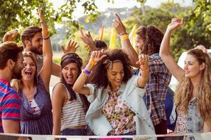 felici hipsters che ballano alla musica