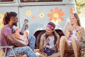 hipster suonare la chitarra per i suoi amici