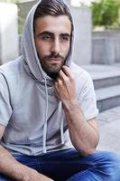uomo alla moda in felpa con cappuccio foto