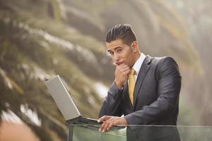 uomo d'affari moderno sul balcone dell'ufficio foto