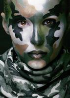 donna con abbigliamento in stile militare e trucco per la pittura del viso foto