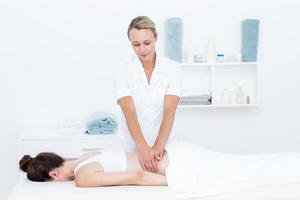 Fisioterapista che fa massaggio alla schiena