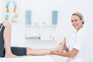 Fisioterapista che fa massaggio ai piedi