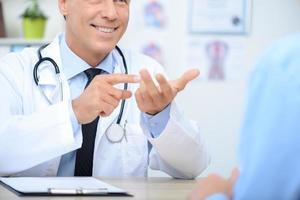 cardiologo sorridente che parla con paziente
