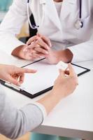 medico che parla con un paziente foto