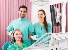 paziente felice presso l'ufficio di chirurgia foto