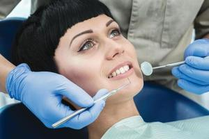 strumenti del dentista specchio al lavoro. il dentista fa il processo foto