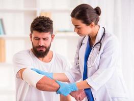 uomo ferito in medico foto