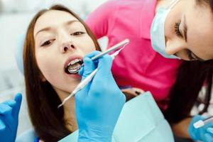 denti di ispezione della ragazza foto