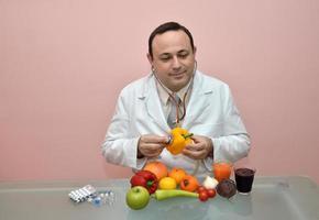 medico che controlla la salute di un peperone giallo