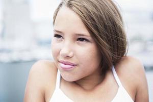 giovane ragazza teenager dai capelli lunghi in piedi sulla spiaggia foto