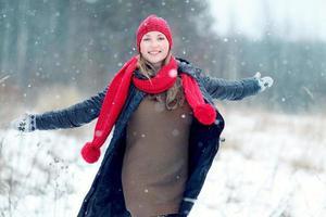 piste felici della neve di inverno della ragazza