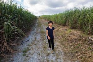 ragazza che cammina sulla strada diritta foto