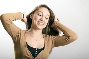 ragazza che organizza i suoi capelli foto