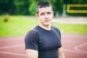 adolescente maschio sul campo sportivo foto